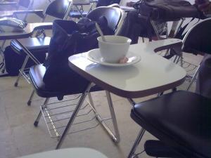cangkirdi atas kursi